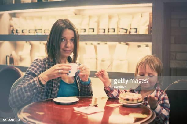 familie in het café