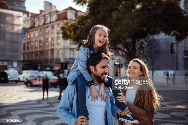 family in the city - familia imagens e fotografias de stock