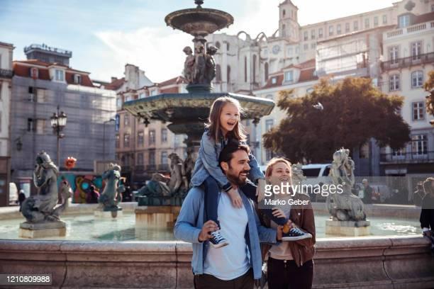 family in the city - adulte d'âge moyen photos et images de collection