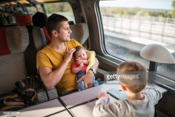 familie reis met de trein - trein stockfoto's en -beelden
