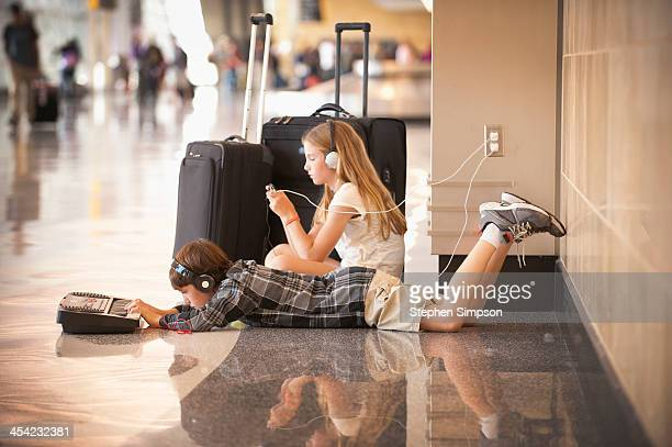 family [kids] at airport between flights - kid in airport stock pictures, royalty-free photos & images