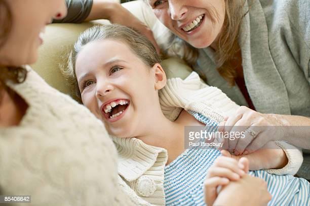 Familie auf sofa Lachen