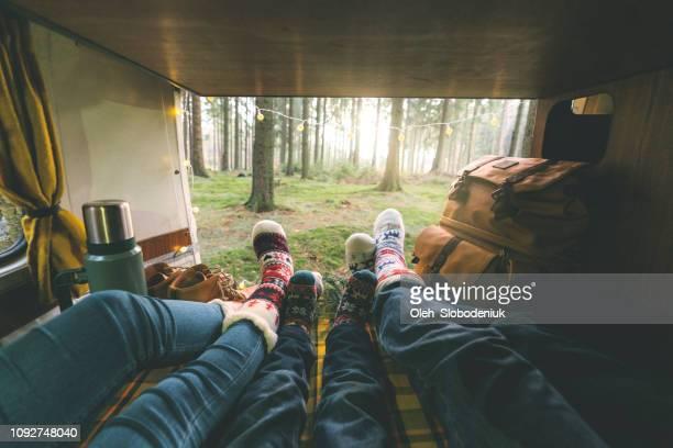 familie leggen in kampeerauto in kerst sokken - camper stockfoto's en -beelden