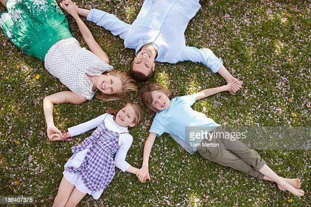 Mettez-vous en famille en herbe ensemble