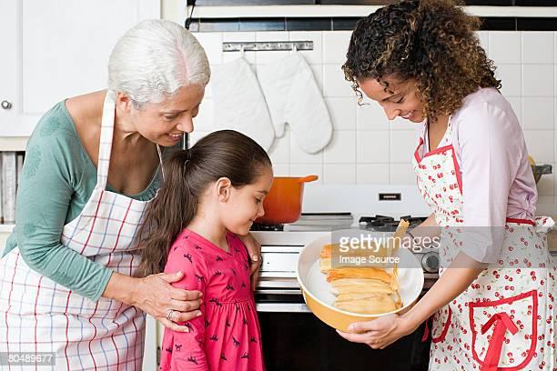 Familia mirando a un plato de tamales