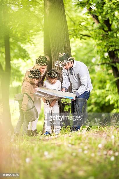 Familie Blick in die Karte im Wald.