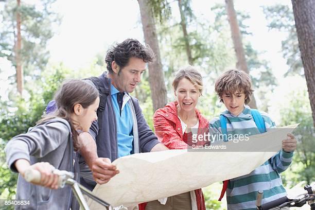 Familie Blick in die Karte im Wald
