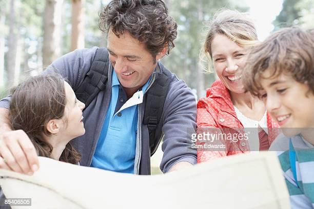 Familie Blick in die Karte