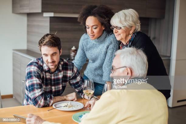 famille regarder téléphone mobile - seulement des adultes photos et images de collection