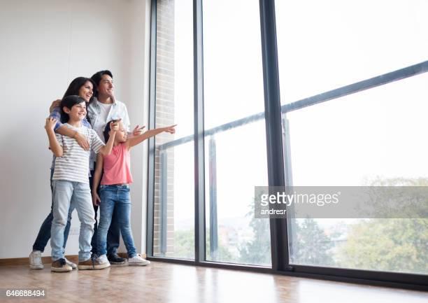 Famille en regardant la vue de leur nouvelle maison