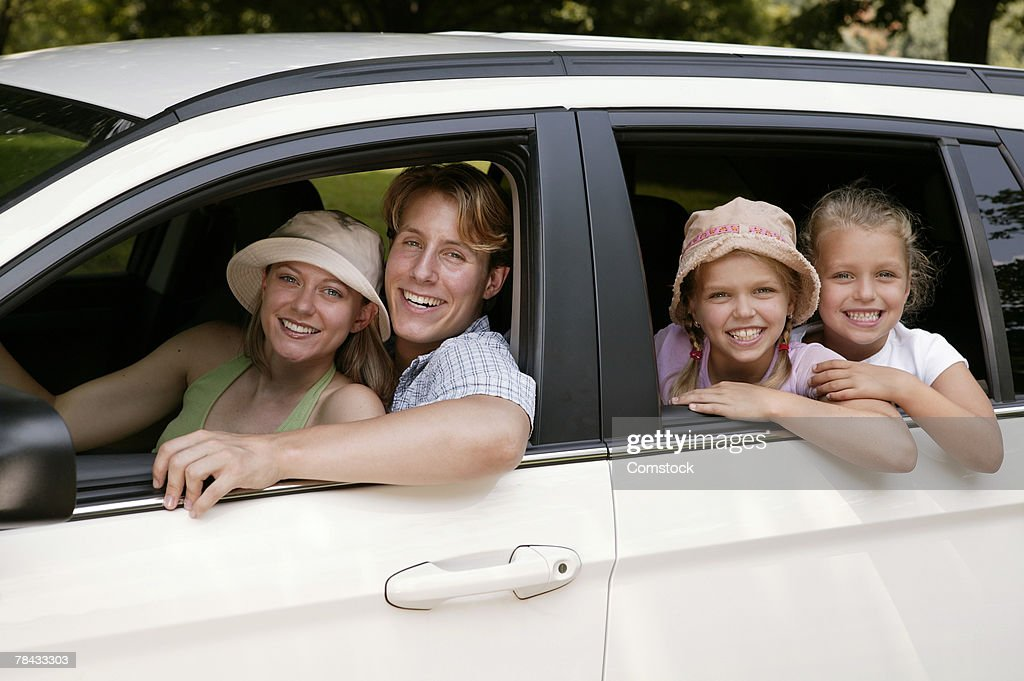 Family looking out of car window : Stockfoto