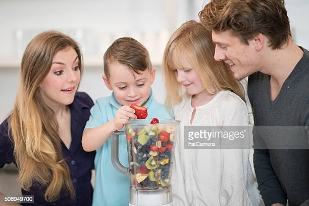 Famille faisant un Smoothie ensemble