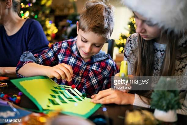 familie macht weihnachtskarten - basteln stock-fotos und bilder