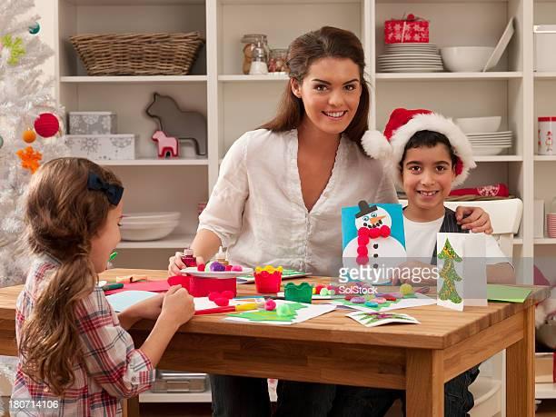 Familie macht Chrsitmas Karten