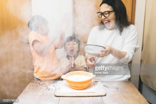famiglia che fa biscotti a casa - failure foto e immagini stock