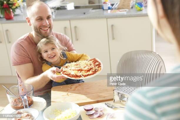 family making homemade pizza - 脱・男らしさ ストックフォトと画像
