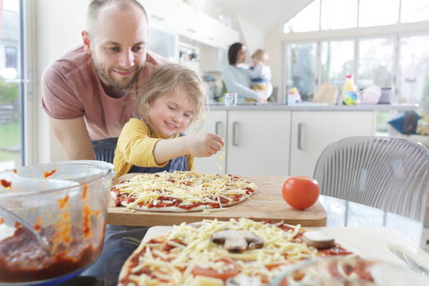 family making homemade pizza - 焗 預備食物 個照片及圖片檔