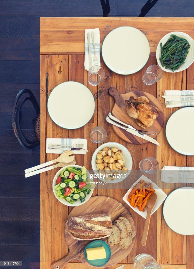 家族の食事表のない人々。 : ストックフォト