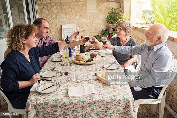 Tempo di pasto in famiglia, con genitori, bambini e maturo senior.