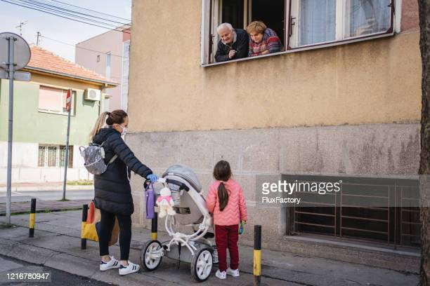 family meeting during a pandemic - aplanar a curva imagens e fotografias de stock