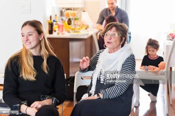 """leden van de familie brunch eten bij gezinshereniging. - """"martine doucet"""" or martinedoucet stockfoto's en -beelden"""