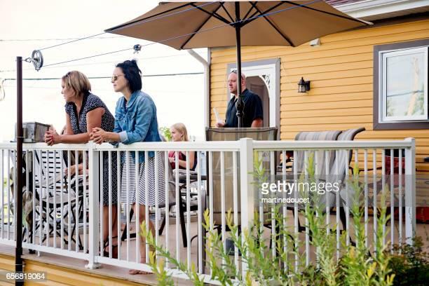 """familienmitglieder, die bei einer familie bbq betrachten. - """"martine doucet"""" or martinedoucet stock-fotos und bilder"""