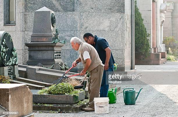 familie halten grave - friedhof stock-fotos und bilder