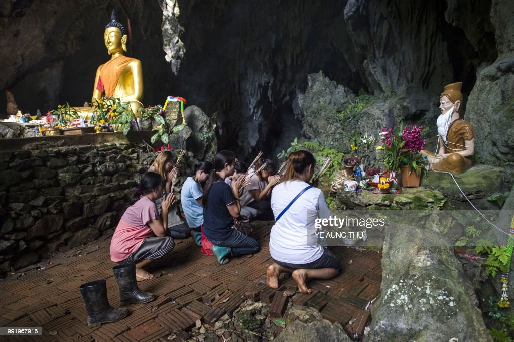 TOPSHOT-THAILAND-ACCIDENT-WEATHER-CHILDREN-CAVE : News Photo