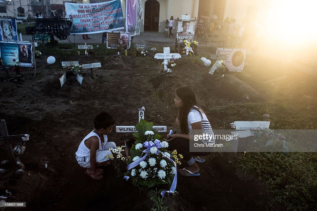 Locals Gather To Mark The First Anniversary Of Typhoon Haiyan : Foto di attualità