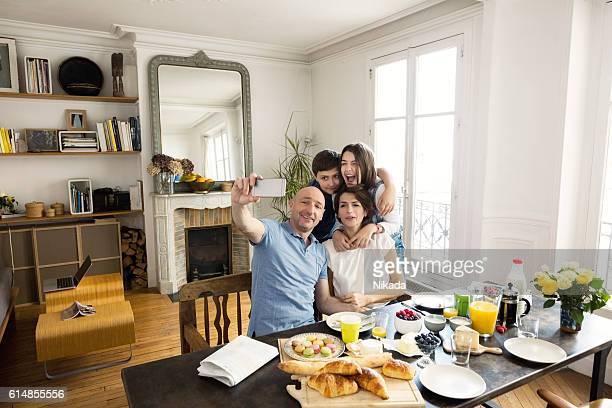 Famille le matin une autophoto