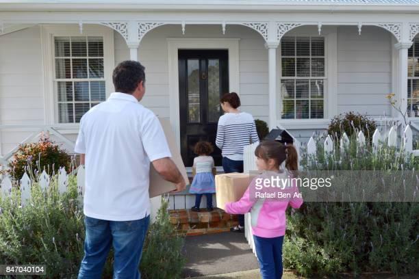 family moves into their new home - rafael ben ari photos et images de collection