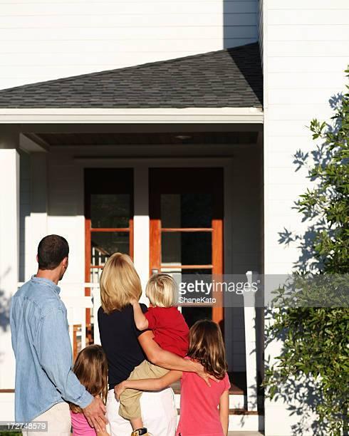 Famille se déplacer dans New Home