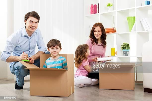 Familie in neues Haus bewegen