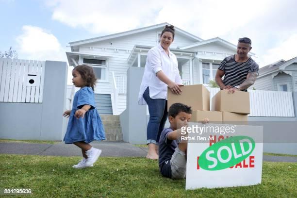 family moving into their new home - rafael ben ari foto e immagini stock