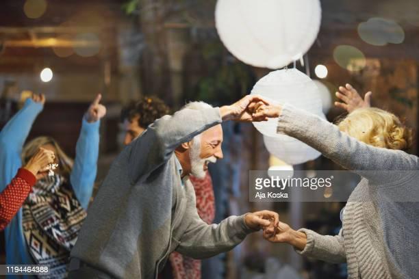 family new year's eve party. - foco diferencial imagens e fotografias de stock