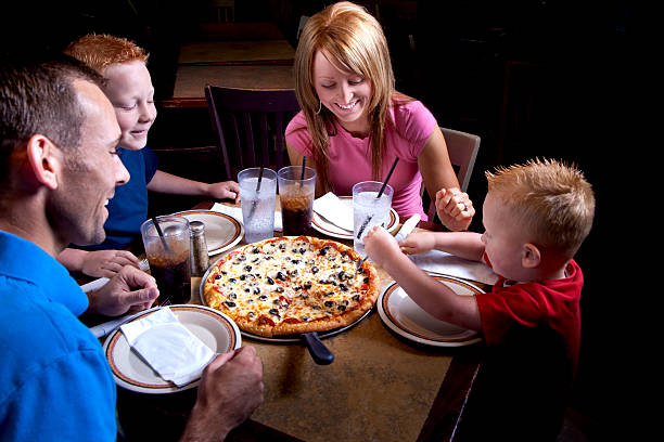 family eating pizza - 612×408