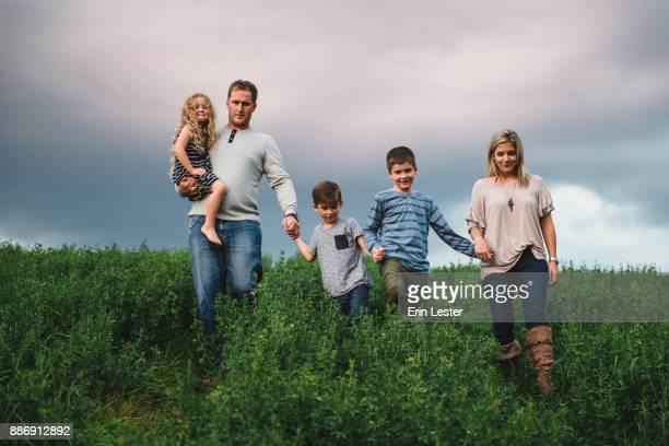 family of five enjoying outdoors on green grassy field - familie met drie kinderen stockfoto's en -beelden