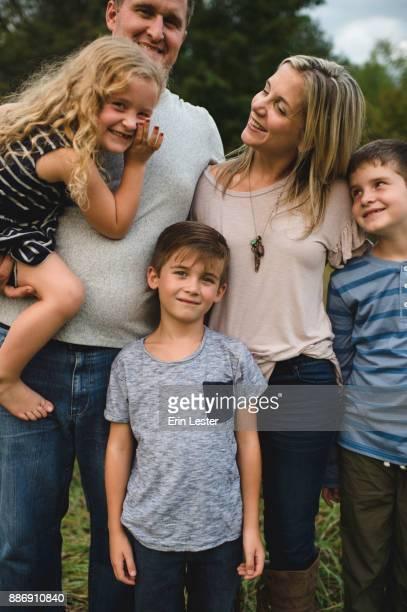 family of five enjoying outdoors - familie met drie kinderen stockfoto's en -beelden