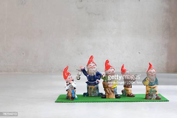 family of five garden gnomes - deutsche kultur stock-fotos und bilder
