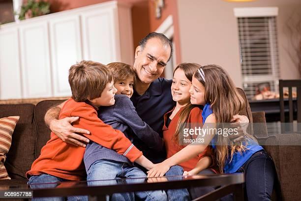 Familie von fünf Positionen sich wie zu Hause fühlen. Gemischte Rennen.