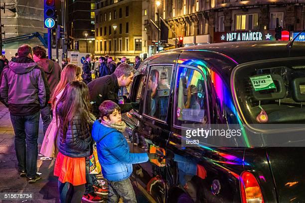 Familia de cuatro llamar un taxi de Londres