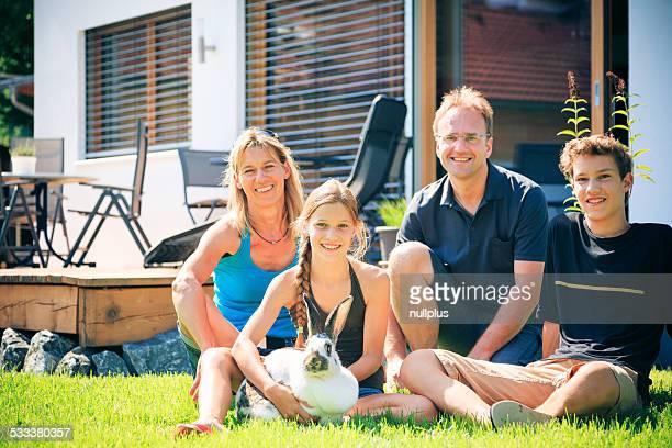 Famille de quatre personnes dans leur arrière-cour