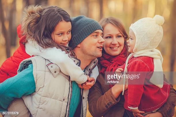 Familie von vier im Freien im Herbst-park