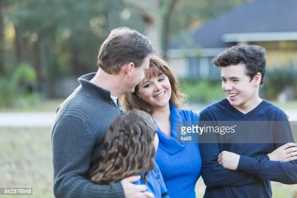 família de quatro em pé na frente da casa - família de duas gerações - fotografias e filmes do acervo