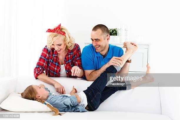 família de três, os pais de sua filha fazendo cócegas - fazendo cócegas - fotografias e filmes do acervo