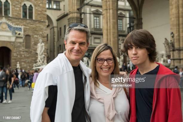 """familj av tre porträtt som besökte florens, italien. - """"martine doucet"""" or martinedoucet bildbanksfoton och bilder"""