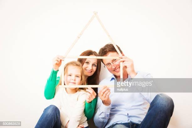 Familie von drei mit Haus-Form
