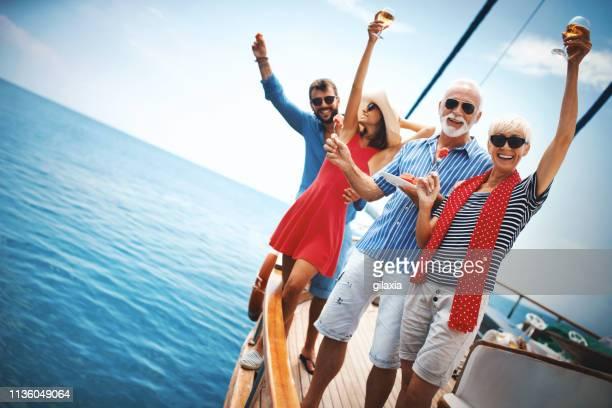 familia en un crucero de vela. - pareja hombre mayor y mujer joven fotografías e imágenes de stock