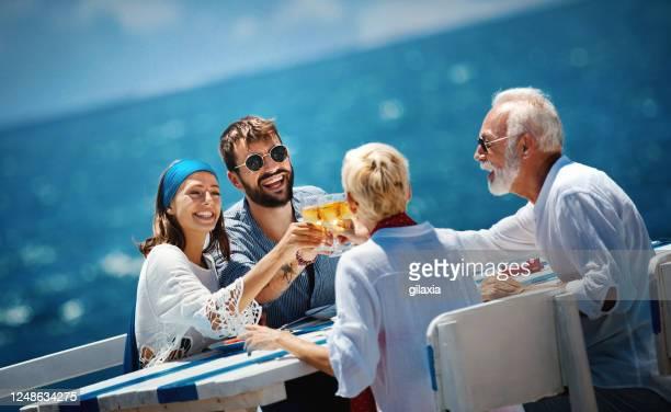 セーリングクルーズの家族。 - 船のデッキ ストックフォトと画像