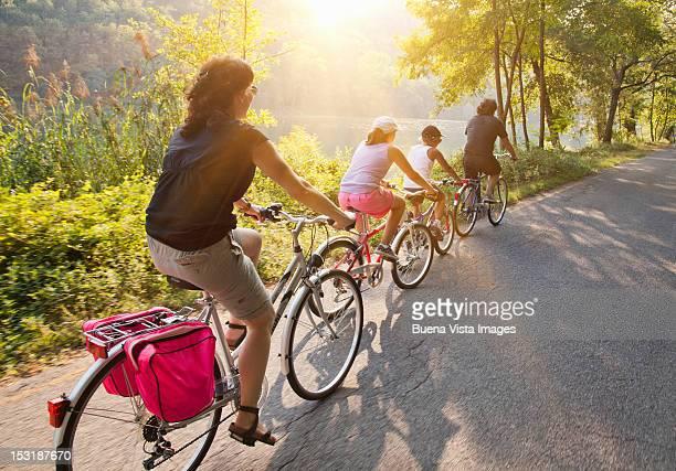 family on bicycle on a country road - montar - fotografias e filmes do acervo